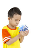 Azjatycka chłopiec trzyma nasz planety ziemię w jego ręce. Zdjęcie Stock