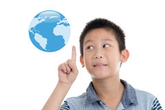 Azjatycka chłopiec wskazuje błękit ziemię na bielu Zdjęcie Royalty Free