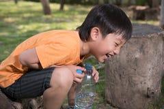 Azjatycka chłopiec napoju woda fotografia royalty free