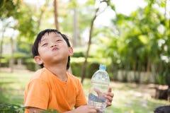 Azjatycka chłopiec napoju woda obrazy stock