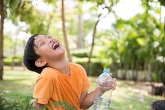 Azjatycka chłopiec napoju woda zdjęcia royalty free