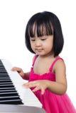 Azjatycka Chińska mała dziewczynka bawić się elektryczną fortepianową klawiaturę Obrazy Stock