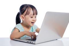 Azjatycka Chińska mała dziewczynka bawić się z laptopem Zdjęcie Royalty Free