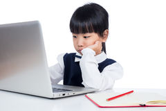 Azjatycka Chińska mała dziewczynka w jednolitym studiowaniu z laptopem Fotografia Royalty Free
