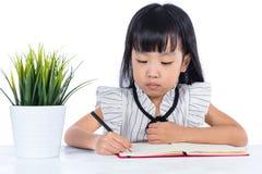 Azjatycka Chińska małego biura damy writing książka na biurku Zdjęcia Stock