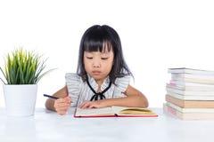 Azjatycka Chińska małego biura damy writing książka na biurku Zdjęcia Royalty Free