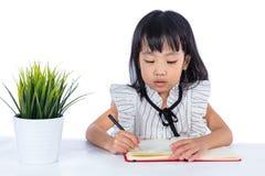 Azjatycka Chińska małego biura damy writing książka na biurku Zdjęcie Royalty Free