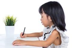 Azjatycka Chińska małego biura damy writing książka na biurku Obrazy Royalty Free