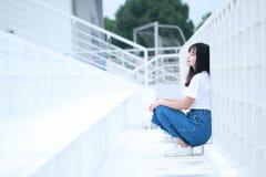Azjatycka Chińska student uniwersytetu sztuka na boisku Zdjęcie Royalty Free