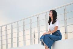 Azjatycka Chińska student uniwersytetu sztuka na boisku Zdjęcie Stock