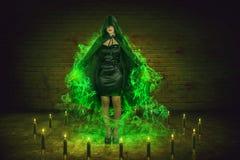 Azjatycka czarownica tworzy dym zieloną magię Zdjęcie Stock