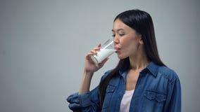 Azjatycka dama pije mleko w ranku, źródle wapnie i energii, bifidoproduct zbiory