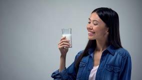 Azjatycka dama trzyma dojnego szkło, źródło wapnie i energię, bifid produkt obraz royalty free
