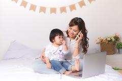 Azjatycka dama w klasycznym kostiumu opowiada na wo i telefonie komórkowym fotografia royalty free