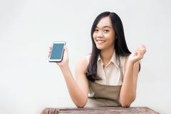 Azjatycka dama z fartuch sukni przedstawienia wiszącej ozdoby pustym ekranem fotografia royalty free