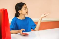 Azjatycka dziewczyna bawić się kolorowego torba na zakupy Obrazy Royalty Free