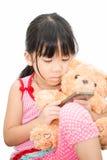 Azjatycka dziewczyna bawić się smartphone odizolowywającego Obraz Royalty Free