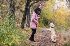 Azjatycka dziewczyna bawić się z jej psem w parku fotografia royalty free