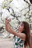 Azjatycka dziewczyna bierze obrazki Zdjęcia Royalty Free