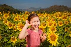Azjatycka dziewczyna chodzi w polu słoneczniki fotografia stock