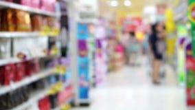 Azjatycka dziewczyna, kobiety odprowadzenie patrzeje przekąski w supermarket wyspie i robi zakupy, zbiory wideo