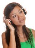 Azjatycka dziewczyna marzy z jej favourit piosenką Obraz Royalty Free