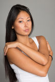Azjatycka dziewczyna na szarym tle Obrazy Royalty Free
