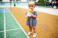 Azjatycka dziewczyna napojów woda Obrazy Royalty Free