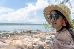 Azjatycka dziewczyna ono uśmiecha się przy lato kamienia morza plażą na tropikalnej wyspie zdjęcia stock