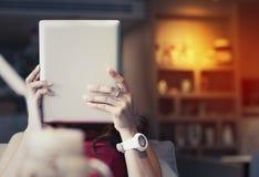 Azjatycka dziewczyna patrzeje pastylkę Fotografia Stock