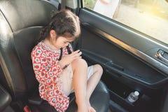Azjatycka dziewczyna Podczas gdy czekający mój telefonu obsiadanie Obrazy Royalty Free