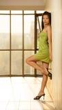 Azjatycka dziewczyna pozuje ścianą Fotografia Royalty Free