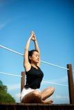 Azjatycka dziewczyna robi joga przy molem Obrazy Stock