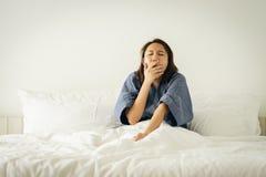 Azjatycka dziewczyna Rozciąga ciało po budzić się w ranku Robi mię jaskrawy i z dzień aktywność Pojęcie odpowiedni obraz royalty free