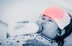Azjatycka dziewczyna ssa up z zimnym, grypa i zdjęcie stock