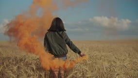 Azjatycka dziewczyna tworzy chmury kolorowy dym w polu zbiory