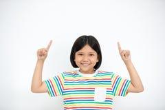 Azjatycka dziewczyna uśmiecha się palec up i wskazuje Zdjęcia Stock