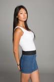 Azjatycka dziewczyna w cajg spódnicie Zdjęcia Royalty Free
