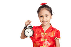 Azjatycka dziewczyna w chińskiej cheongsam sukni z zegarem Zdjęcia Royalty Free