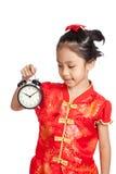 Azjatycka dziewczyna w chińskiej cheongsam sukni z zegarem Obrazy Stock