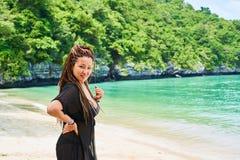 Azjatycka dziewczyna z avro splata pozycję na brzeg ono uśmiecha się i zatoka obraz royalty free