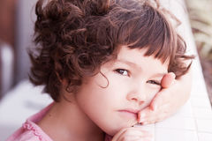 Azjatycka dziewczyna z kędzierzawym krótkim włosy Zdjęcia Stock