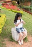 Azjatycka dziewczyna z kamerą w ogródzie Obraz Stock