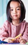 Azjatycka dziewczyna z kredkami zdjęcie stock