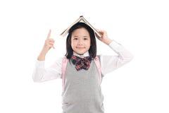Azjatycka dziewczyna z książką na głowie zdjęcia stock