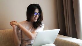 Azjatycka freelamce kobieta pracuje z komputerem w domu ekscytuje expressi fotografia stock