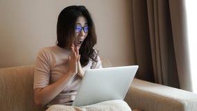 Azjatycka freelamce kobieta pracuje z komputerem w domu ekscytuje expressi zdjęcia stock