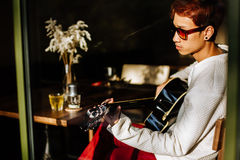Azjatycka gitara mężczyzna sztuki gitara akustyczna w kawiarni Obraz Stock
