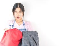 Azjatycka gospodyni domowa trzyma udziały brudny odziewa obraz stock