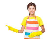 Azjatycka gospodyni domowa z palcem up Obrazy Stock